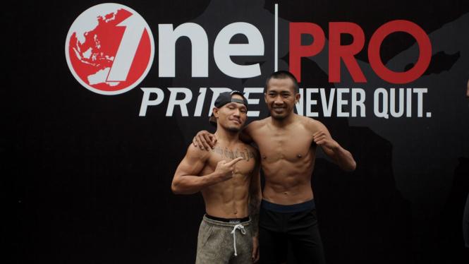 Timbang Badan One Pride Fight Night 28, Brando Mamana VS Agus Rustandi