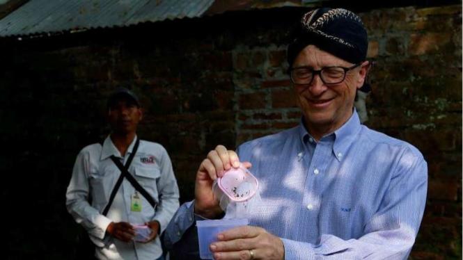 Bill Gates memakai blangkon