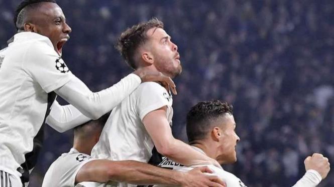 Para pemain Juventus merayakan gol Cristiano Ronaldo