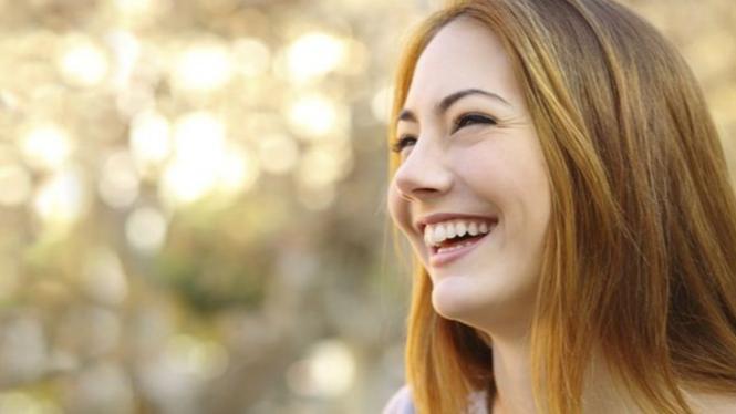 Wanita tersenyum