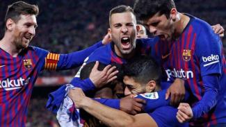 Para pemain Barcelona merayakan gol