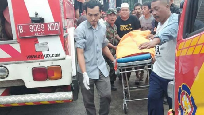 Aparat mengevakuasi jenazah seorang petugas pemadam kebakaran di lokasi pemadaman kebakaran di Toko Sembako, Jalan Raya Serang, km 34, Jayanti, Tangerang, Banten, Sabtu, 20 April 2019.