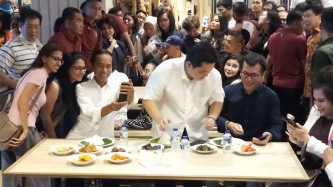 Calon presiden Joko Widodo secara mengejutkan datang ke Mal Grand Indonesia di Jakarta pada Sabtu siang, 20 April 2019.
