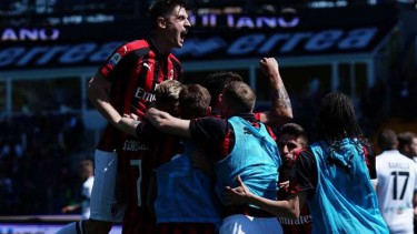 Pemain AC Milan rayakan gol Samu Castillejo.