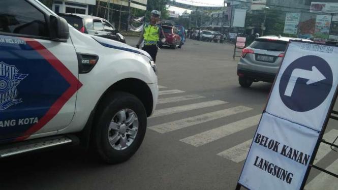 Penerapan arus lalu lintas satu arah one way di sejumlah ruas jalan di Kota Serang, Banten, diuji coba pada Sabtu, 20 April 2019.