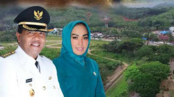 Bupati Mandailing Natal Dahlan Hasan Nasution dan istri