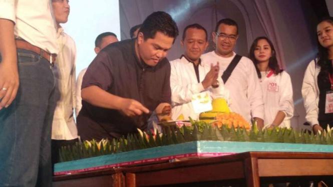 Erick Thohir dan relawan potong tumpeng, Jokowi-Ma'ruf menang versi quick count
