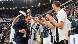 Pemain Juventus merayakan scudetto