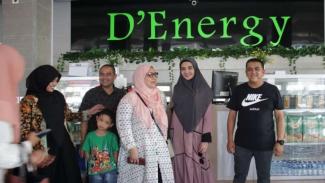 Zaskia Sungkar dan keluarga