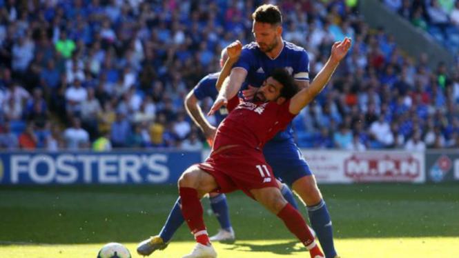 Winger Liverpool, Mohamed Salah, saat duel dengan bek Cardiff, Sean Morisson