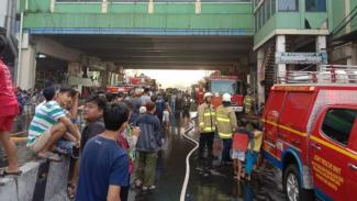 Petugas pemadam kebakaran di pasar Tanah Abang