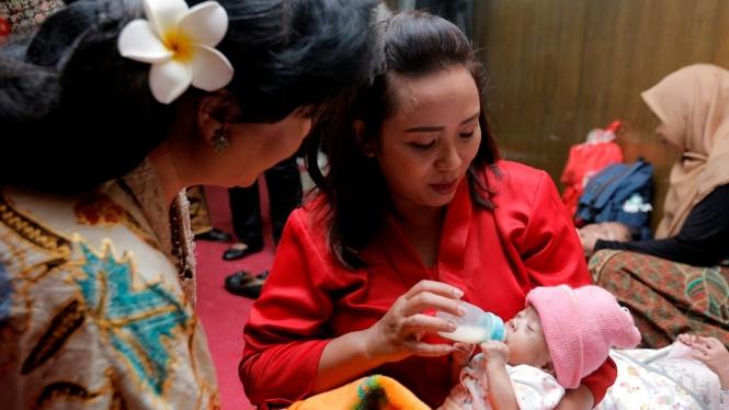 Ketua TP PKK Kota Semarang Tia Hendrar Prihadi Menggendong Anak Berkebutuhan Khusus dalam Peringatan Hari Kartini.