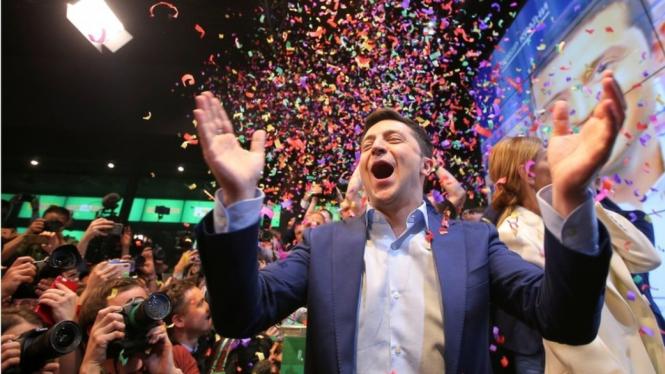 Pelawak Ukraina, Volodymyr Zelensky, diproyeksikan memperoleh lebih dari 70% suara dalam pemilihan presiden negara tersebut.-Reuters