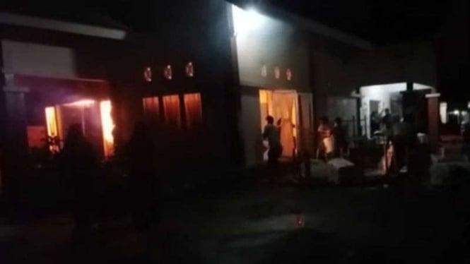 Kejadian kebakaran di gudang surat suara di Kecamatan Koto XI Tarusan, Kabupaten Pesisir Selatan, Sumatera Barat.