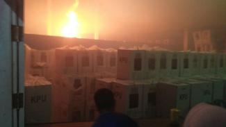 https://thumb.viva.co.id/media/frontend/thumbs3/2019/04/22/5cbd3b3b9458e-gudang-penyimpanan-logistik-pemilu-terbakar_325_183.jpg