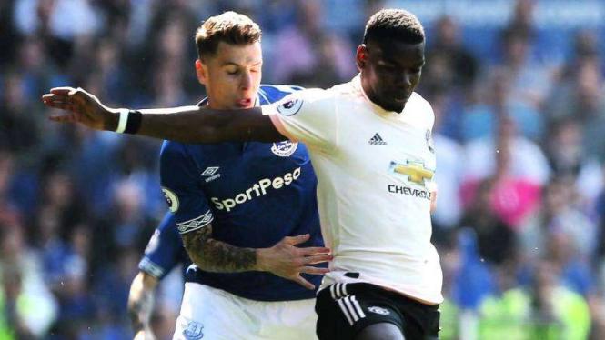Gelandang Manchester United, Paul Pogba (kanan), dalam laga melawan Everton