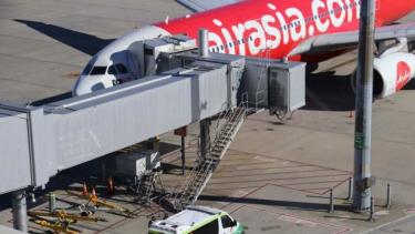 https://thumb.viva.co.id/media/frontend/thumbs3/2019/04/22/5cbd62c137701-bayi-2-bulan-meninggal-di-pesawat-airasia-dari-kuala-lumpur-ke-perth_375_211.jpg