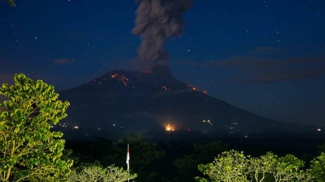 Abu vulkanis dan batu pijar terlontar dari kawah Gunung Agung saat erupsi yang terpantau dari Pos Pengamatan Gunung Api Agung, Karangasem, Bali, Minggu, 21 April 2019.