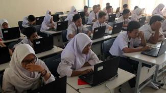 Siswa SMP di Depok tengah ujian nasional, Senin, 22 April 2019.