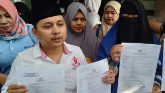 Putra Romadoni Nasution, pengacara Komunitas Emak-emak pendukung Prabowo-Sandi, usai melaporkan istri artis dan komedian Andre Taulany, Erin Taulany, kepada Polres Metropolitan Jakarta Selatan, Senin, 22 April 2019.