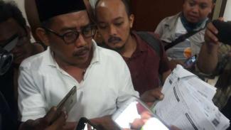 Ketua PKB Surabaya Musyafak Rouf menunjukkan bukti dugaan penggelembungan suara di kantor KPU setempat, Senin, 22 April 2019.