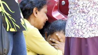 Anggota keluarga korban serangan bom di Kolombo menunggu untuk mendapatkan kabar kapan mereka bisa menerima jenazah korban. - EPA