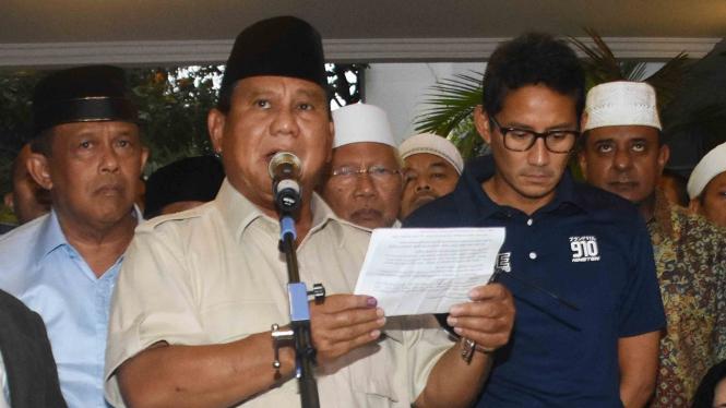 Capres nomor urut 02 Prabowo Subianto (tengah) bersama Cawapres Sandiaga Uno dan petinggi partai pendukung mendeklarasikan kemenangannya pada Pilpres 2019 kepada awak media di kediaman Kertanegara, Jakarta