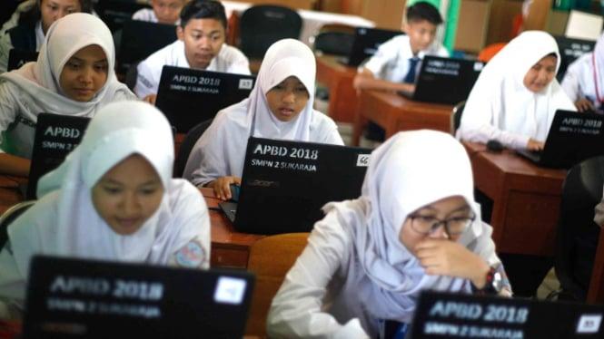 Sejumlah siswa Sekolah Menengah Pertama (SMP) mengikuti Ujian Nasional Berbasis Komputer (UNBK) di SMP N 2 Sukaraja, Bogor, Jawa Barat