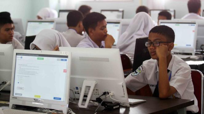 Sejumlah siswa Sekolah Menengah Pertama (SMP) Tujuh mengikuti Ujian Nasional Berbasis Komputer (UNBK) 2019, di Padang, Sumatera Barat