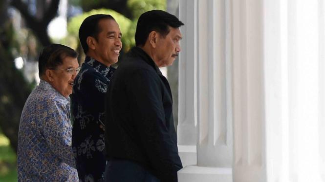Presiden Joko Widodo (tengah) bersama Wakil Presiden Jusuf Kalla (kiri) dan Menteri Koordinator bidang Kemaritiman Luhut Panjaitan (kanan).