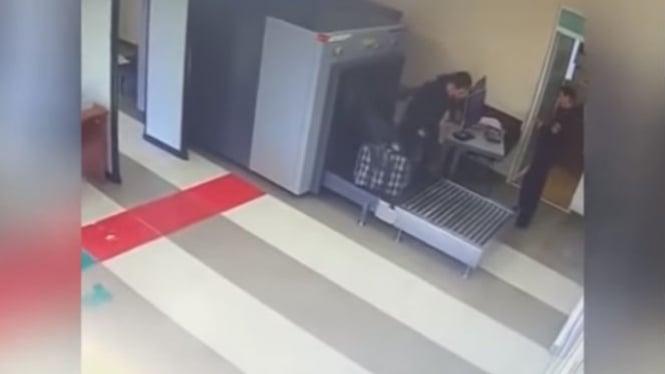 Pria masuk ke dalam mesin pemindai.
