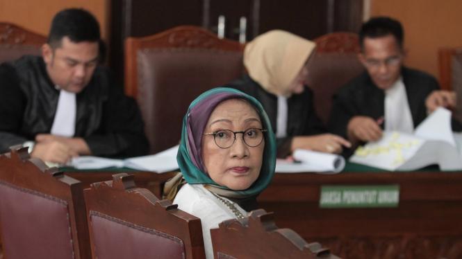 Terdakwa kasus dugaan penyebaran berita bohong atau hoaks Ratna Sarumpaet (tengah) saat mengikuti sidang lanjutan di PN Jakarta Selatan, Jakarta, Selasa, 23 April 2019.