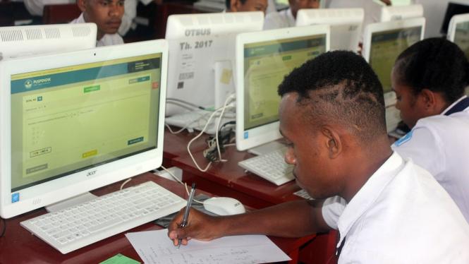 Pelajar SMP saat mengikuti Ujian Nasional Berbasis Komputer (UNBK) di ruang kelas SMP Negeri 5 Kota Sorong, Papua Barat, Selasa 23 April 2019