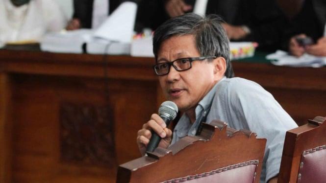 Akademisi Rocky Gerung memberikan kesaksian dalam sidang kasus dugaan penyebaran berita bohong atau hoaks dengan terdakwa Ratna Sarumpaet di PN Jakarta Selatan, Jakarta, Selasa, 23 April 2019.