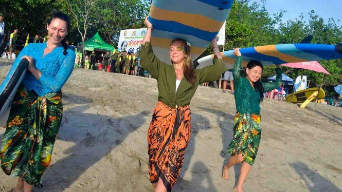 Aksi Cewek-cewek Bule Selancar Pakai Kebaya di Pantai Kuta