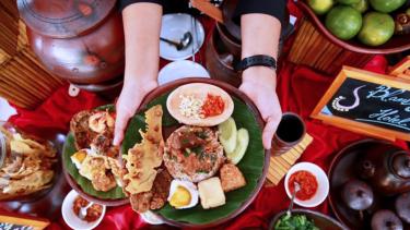 https://thumb.viva.co.id/media/frontend/thumbs3/2019/04/23/5cbf02fc82059-festival-banyuwangi-kuliner-2019-angkat-kuliner-legendaris-suku-osing_375_211.jpg