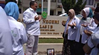 Korban First Travel tabur bunga di depan Pengadilan Negeri Depok, Jawa Barat.