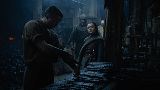 Arya Stark (Maisie Williams) dan Gendry (Joe Dempsie) dalam Game of Thrones.