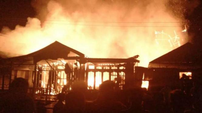 Lima rumah dilaporkan terbakar di Dusun Suka Negara, Desa Lambur Luar, Kecamatan Sabak Timur, Kabupaten Tanjung Jabung Timur, Jambi, pada Selasa malam, 23 April 2019.