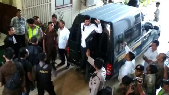 Terdakwa pencemaran nama baik Ahmad Dhani Prasetyo di Pengadilan Negeri Surabaya, Jawa Timur, pada Selasa, 23 April 2019.