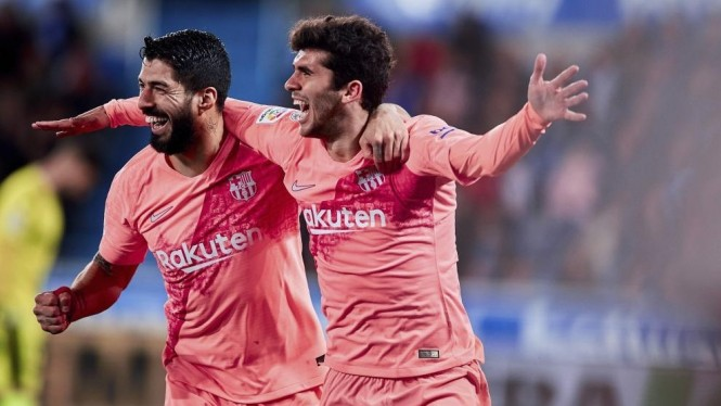 Dua pemain Barcelona, Luis Suarez dan Carles Alena, rayakan gol