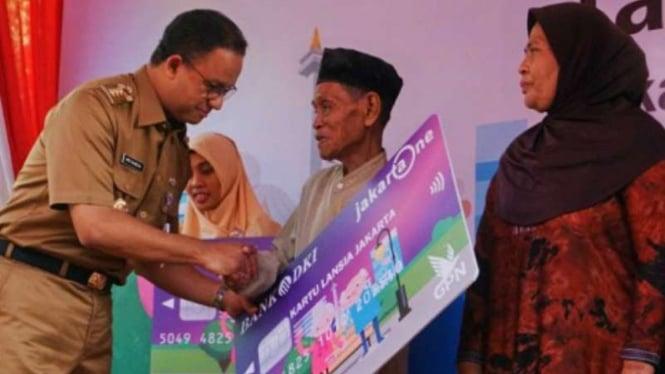 Gubernur DKI Jakarta Anies Baswedan membagikan Kartu Lansia Jakarta