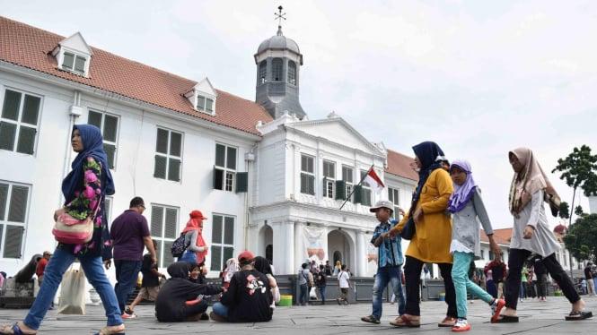 Wisatawan menikmati kawasan Kota Tua, Jakarta, Sabtu, 20 April 2019.