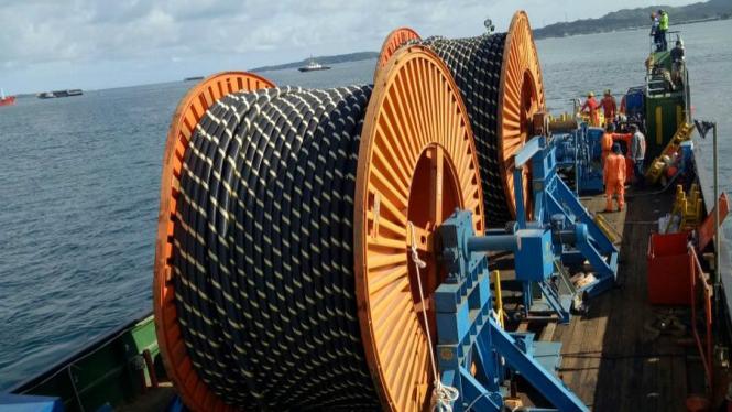 Penggelaran kabel laut di Sorong, Papua