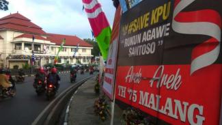 Puluhan Karangan Bunga menghiasi bundaran Tuga Balai Kota Malang.