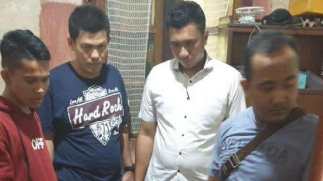Muhammad Arik Alfiki (berjaket merah) saat ditangkap polisi karena dituduh melakukan percobaan Illegal Acces terhadap website KPU RI.