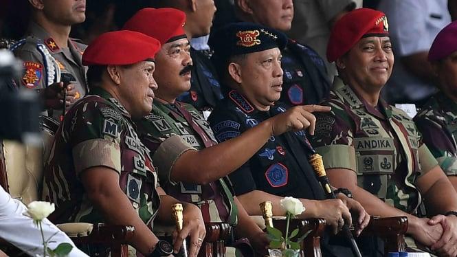 Panglima TNI Marsekal TNI Hadi Tjahjanto (kedua kiri) didampingi Kapolri Jenderal Pol Tito Karnavian (kedua kanan), KSAD Jenderal TNI Andika Perkasa (kanan) dan Danjen Kopassus Mayjen TNI I Nyoman Cantiasa menghadiri peringatan HUT Ke-67 Kopassus di Mako