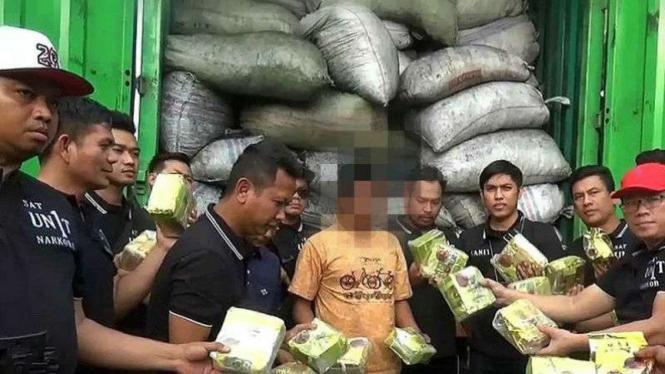 Polisi sita sabu disamarkan dengan ratusan karung arang.