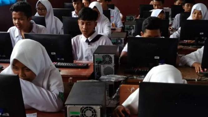Pelaksanaan Ujian Nasional Berbasis Komputer tingkat SMP di Kota Makassar, Sulawesi Selatan, Rabu, 24 April 2019.