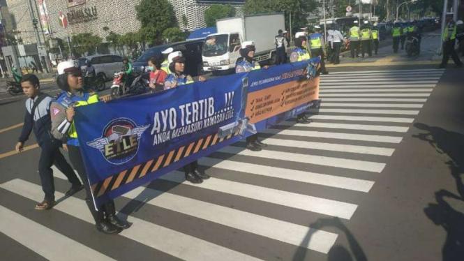 Polisi melakukan sosialisasi tertib berlalu lintas dan ETLE